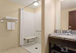 Super 8 by Wyndham Saskatoon Near Downtown - Saskatoon - Bathroom