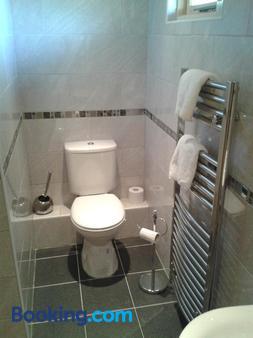 Manor Garden Lodge - Wirral - Bathroom