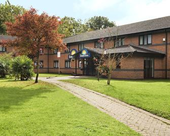 Days Inn by Wyndham Warwick North M40 - Warwick - Gebouw