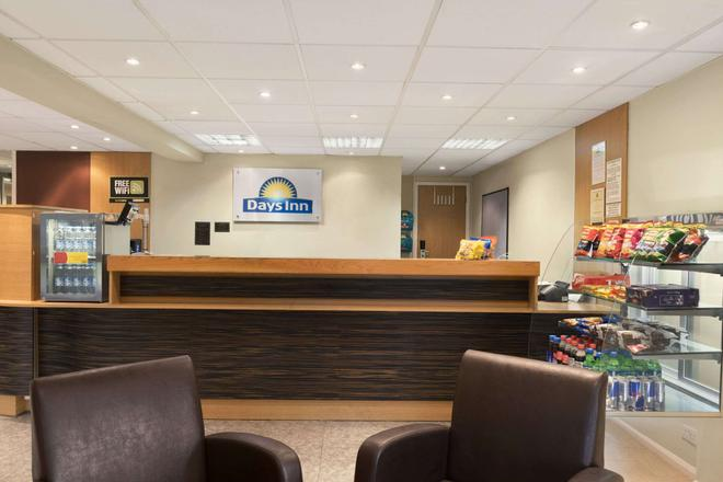 Days Inn by Wyndham Warwick North M40 - Warwick - Front desk