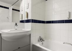 Days Inn by Wyndham Warwick North M40 - Warwick - Bathroom