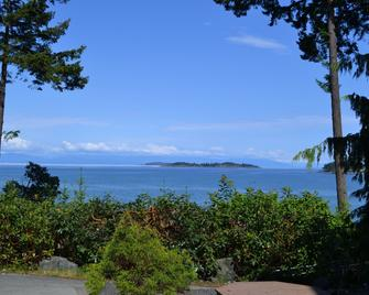 Tigh-Na-Mara Seaside Spa Resort - Parksville - Outdoors view