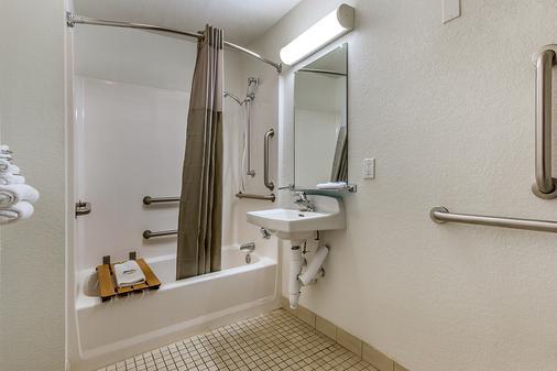 Motel 6 Phoenix North Bell Road - Phoenix - Bathroom
