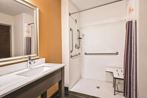 La Quinta Inn & Suites by Wyndham San Antonio by AT&T Center - San Antonio - Bathroom