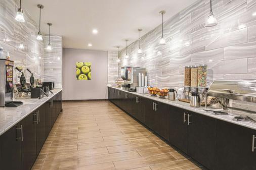 La Quinta Inn & Suites by Wyndham San Antonio by AT&T Center - San Antonio - Buffet
