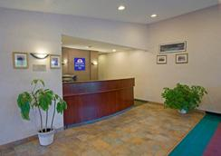 Americas Best Value Inn Lansing - Lansing - Front desk