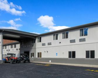 Quality Inn and Suites Salina National Forest Area - Salina - Building