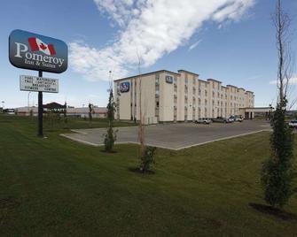 Pomeroy Inn & Suites Hotel Dawson Creek - Доусон-Крік - Building