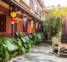 Yangshuo C.Source West Street Residence