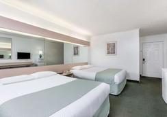 Microtel Inn & Suites by Wyndham Athens - Athens - Bedroom