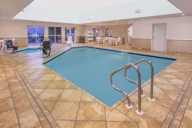 Super 8 by Wyndham Madison South - Madison - Pool