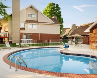 Hawthorn Suites by Wyndham Tinton Falls - Tinton Falls - Pool