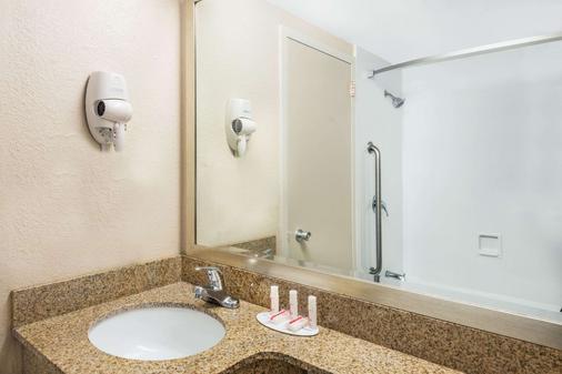 Howard Johnson by Wyndham Bangor - Bangor - Phòng tắm