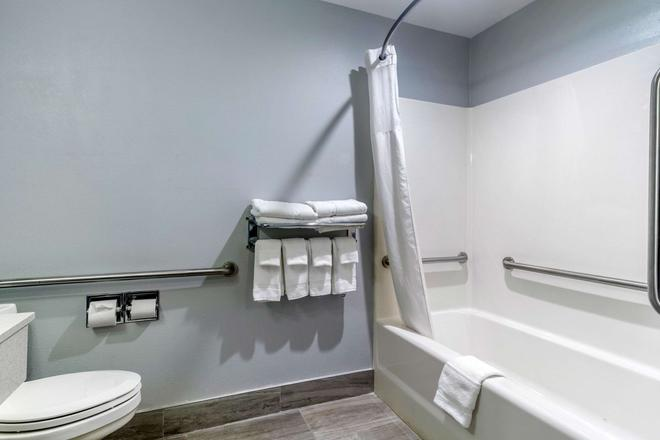 Quality Inn - Danville - Bathroom
