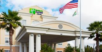 Holiday Inn Express & Suites Tampa-I-75 @ Bruce B. Downs - Tampa - Building