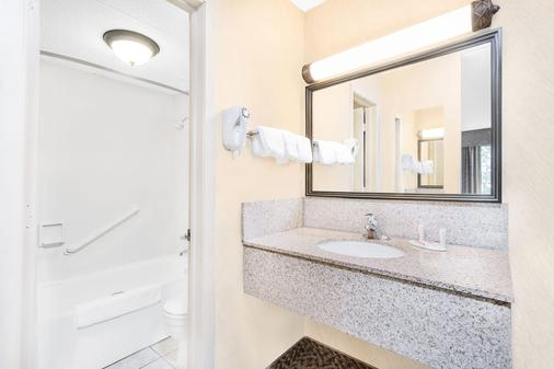 Days Inn & Suites by Wyndham Duluth by the Mall - Duluth - Bathroom