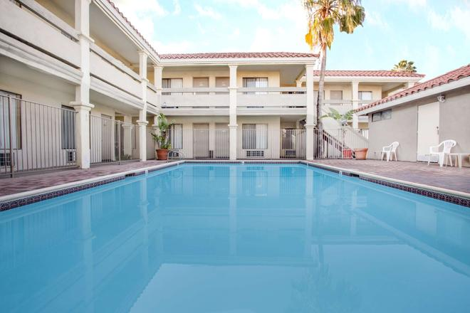 Travelodge by Wyndham Costa Mesa Newport Beach Hacienda - Costa Mesa - Uima-allas