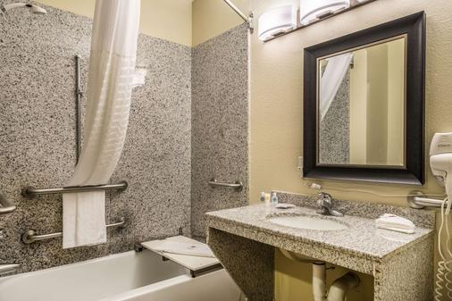 Comfort Suites Near Texas State University - San Marcos - Bathroom