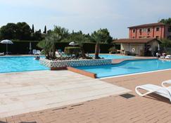 هوتل بيلا لازيسي - لازيس - حوض السباحة