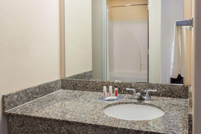 Days Inn & Suites by Wyndham Eunice - Eunice - Bathroom