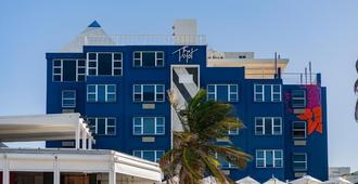 The Tryst Beachfront Hotel - San Juan - Building