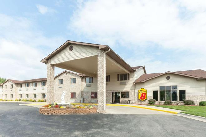 Super 8 by Wyndham Big Rapids - Big Rapids - Building