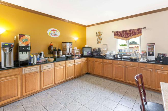 Super 8 by Wyndham Big Rapids - Big Rapids - Buffet