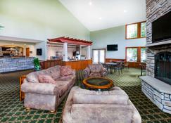 Howard Johnson by Wyndham Traverse City - Traverse City - Living room