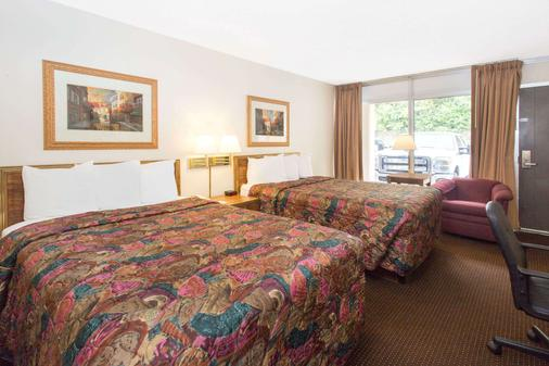 Days Inn by Wyndham Dubuque - Dubuque - Bedroom