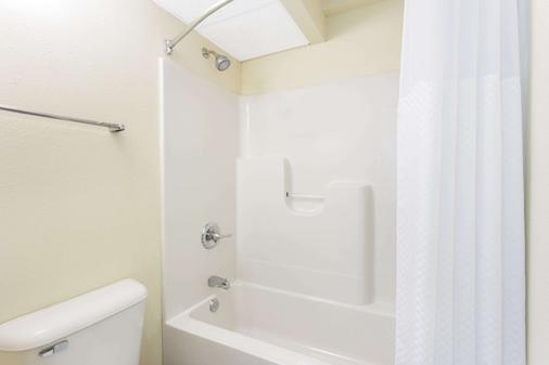 Days Inn by Wyndham Dubuque - Dubuque - Bathroom