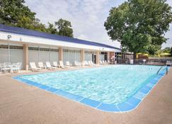 Days Inn by Wyndham Dubuque - Dubuque - Pool