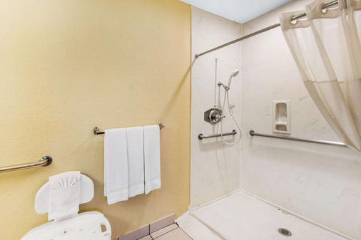 Quality Inn Abilene - Abilene - Bathroom