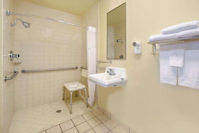 Super 8 El Paso Airport - El Paso - Bathroom
