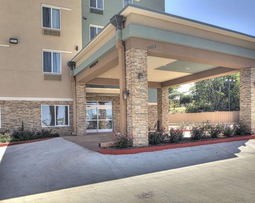 Comfort Inn & Suites Fort Worth West - White Settlement - Building
