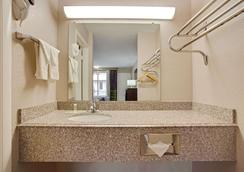 Super 8 by Wyndham Oklahoma/Frontier City - Oklahoma City - Phòng tắm