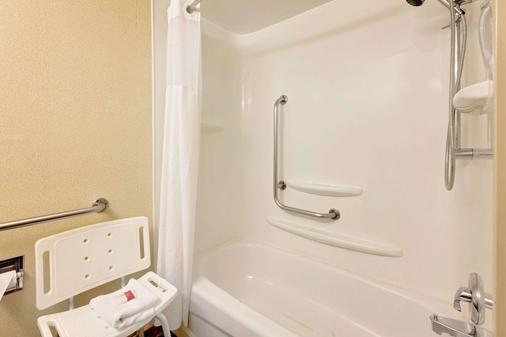 Ramada by Wyndham Pinewood Park Resort North Bay - North Bay - Phòng tắm