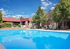 Ramada by Wyndham Pinewood Park Resort North Bay - North Bay - Bể bơi