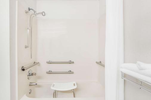 Super 8 by Wyndham Conway - Conway - Bathroom