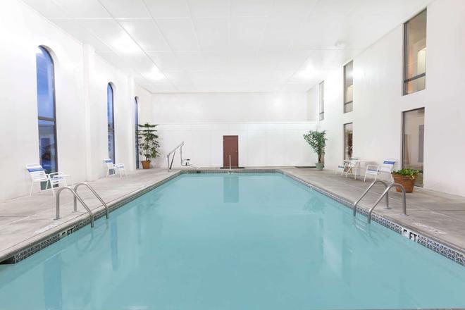 康威速 8 酒店 - 康威 - 康威 - 游泳池