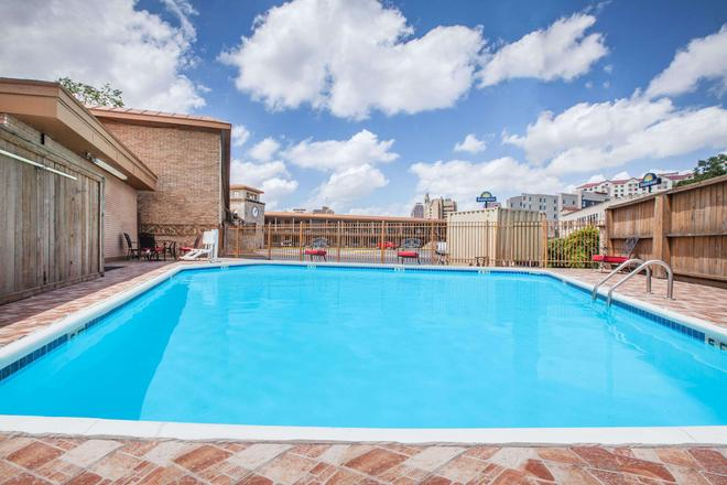 Days Inn by Wyndham San Antonio Alamo/Riverwalk - Σαν Αντόνιο - Πισίνα