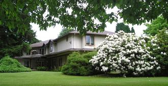 Cedar Wood Lodge Bed and Breakfast Inn and Conference Centre - Port Alberni