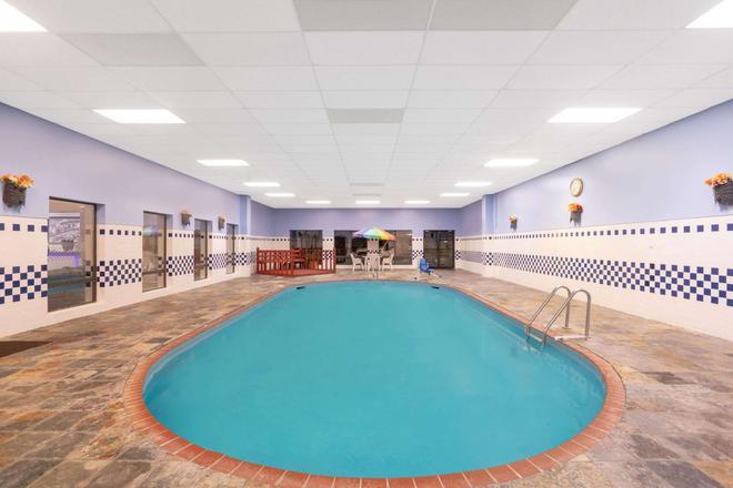 北小石城/麥凱恩速 8 酒店 - 北小岩城 - 北小石城 - 游泳池