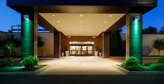 Holiday Inn & Suites Charleston West - Чарльстон
