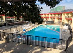 Econo Lodge Inn & Suites Oakland Airport - Oakland - Pool