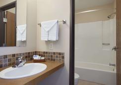 Travelodge by Wyndham Motel of St Cloud - St. Cloud - Bathroom