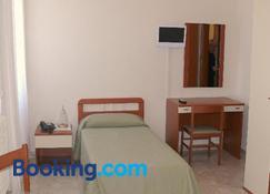 Albergo Casa Del Pellegrino - Monte Sant'Angelo - Bedroom