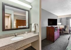 AmericInn by Wyndham Des Moines Airport - Des Moines - Bedroom