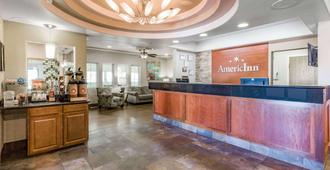 AmericInn by Wyndham Des Moines Airport - Des Moines - Front desk