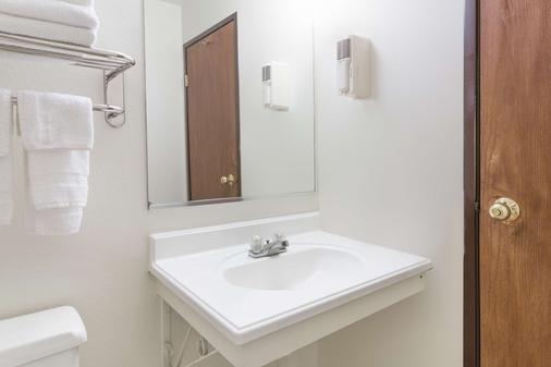 Super 8 by Wyndham Colorado Springs/Chestnut Street - Colorado Springs - Phòng tắm