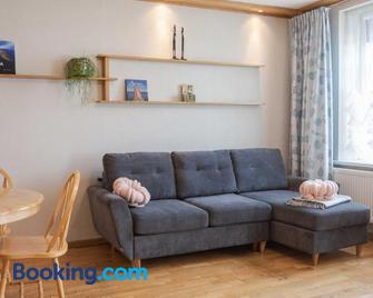 Cozy one room apartment with yard - Юодкранте - Living room